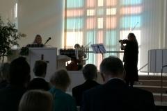 Suvi, Elma ja Elli Hintsanen soittivat iloisen juhlakulkueen.