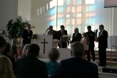 Paikalla olleet seurakunnan entiset työntekijät kukitettiin.